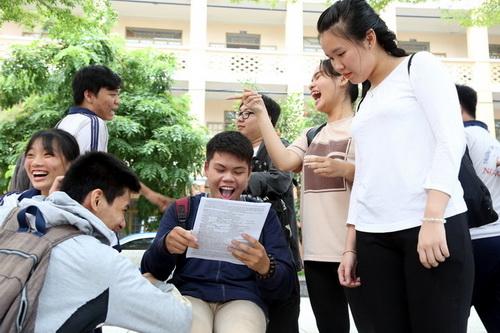 Thí sinh tại Đồng Nai vui vẻ sau môn thi Ngoại ngữ. Ảnh: Phước Tuấn