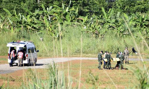 Cậu bé nằm trên cáng được đưa ra từ xe cấp cứu ở Chiang Rai ngày 9/7. Ảnh: Reuters.