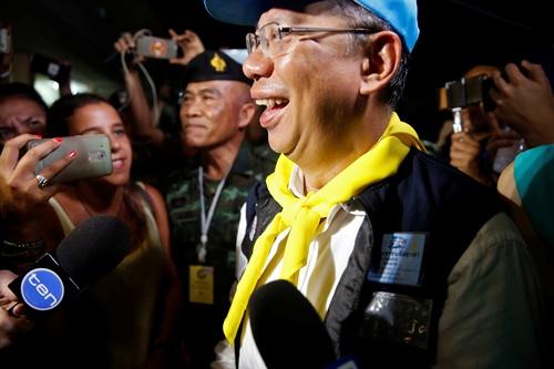 Ông Narongsak Osottanakorn, chỉ huy chiến dịch giải cứu, nói chuyện với phóng viên sau cuộc họp báo gần hang Tham Luang hôm nay. Ảnh: Reuters.
