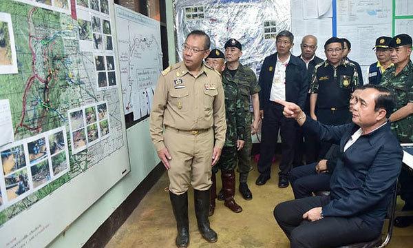 Ông Narongsak Osatanakorn, chỉ huy chiến dịch giải cứu, báo cáo tình hình với Thủ tướng Thái Lan Prayuth Chan-ocha. Ảnh: Văn phòng Thủ tướng Thái Lan.