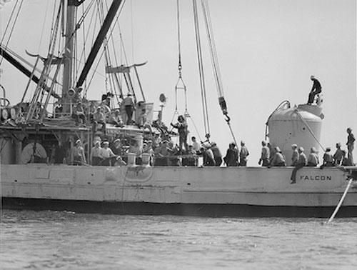 Tàu kéo đưa kén cứu hộ đến địa điểm giải cứu. Ảnh: History.
