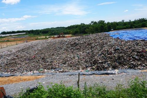 Nhà máy xử lý rác Nghĩa Kỳ chưa hoạt động nên lượng rác tiếp nhận chưa được xử lý. Ảnh: Thạch Thảo.