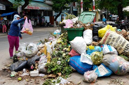Rác chất thành đống ở chợ Thu Lộ, TP Quảng Ngãi. Ảnh: Thạch Thảo.