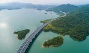 Đường cao tốc dài 60 km trên mặt hồ chứa nước ở Trung Quốc