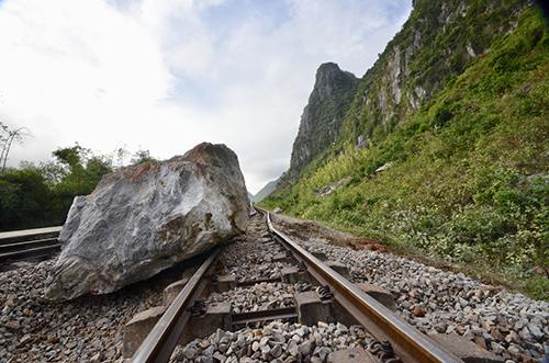 Ba tảng đá làm 200m đường sắt hư hỏng nặng. Ảnh: CTV