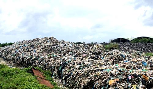 Lượng lớn rác bị tồn đọng cho là nguyên nhân gây ô nhiễm. Ảnh: Phúc Hưng.