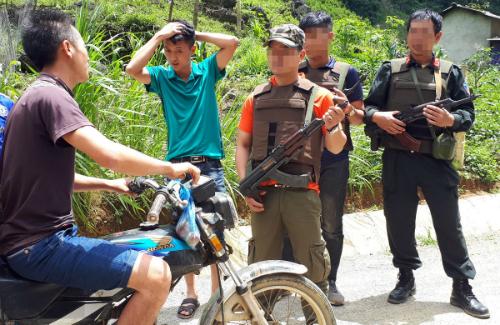 Trước đó, trong chiến dịch bao vây hai trùm ma túy ở Tà Dê từ ngày 26-29/6, nhiềucảnh sát trang bị vũ khí chốt chặn ở khắp bản, kiểm tra gắt gao người ra vào. Ảnh: Phương Sơn