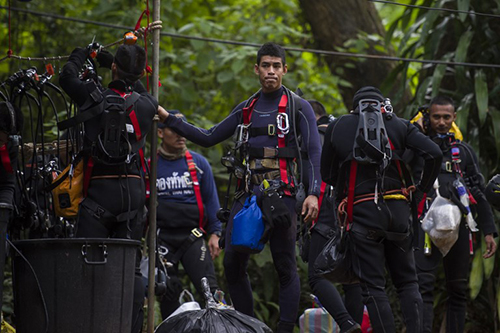 [Caption]Thai divers carry supplies as rescue operations continue for 12 boys and their coach trapped at Tham Luang cave at Khun Nam Nang Non Forest Park in the Mae Sai district of Chiang Rai province on July 5, 2018.