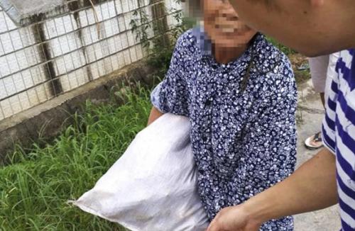 Một cụ bà bị buộc trả lại ngô cho sinh viên. Ảnh: SCMP