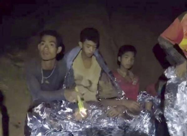 Huấn luyện viên Ekapol Chanthawong cùng các bé trai bị kẹt trong hang ngập nước. Ảnh: