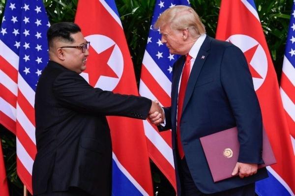 Ông Kim bắt tay với ông Trump hôm 12/6 ở Singapore. Ảnh: AP.