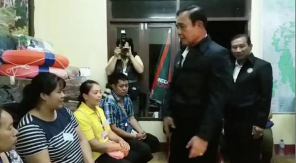 Thủ tướng Prayut Chan-ocha trò chuyện với các phụ huynh có con kẹt trong hang. Ảnh: CNN.