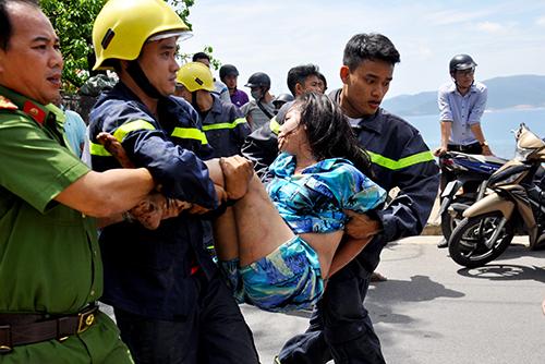 Cảnh sát giải cứu cô gái,