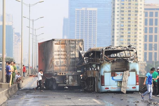 Hiện trường vụ xe khách cháy rụi ở đường trên cao Hà Nội