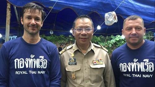 Từ trái sang, Ben Reymenants cùng chỉ huy chiến dịch giải cứu Narongsak Osotthanakorn và thợ lặn Maksym Polejaka. Ảnh: Facebook.