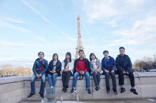 Nguyễn Tùng Lâm (ngoài cùng bên phải) cùng các sinh viên USTH đang thực tập tại Pháp.