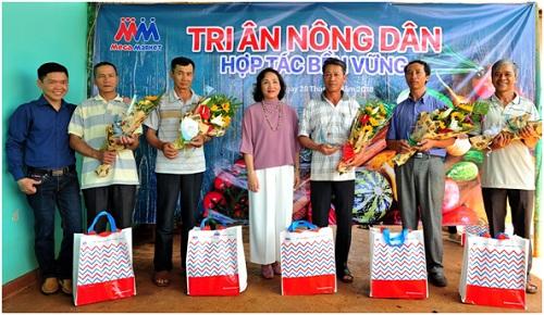 Ông Phúc (đứng thứ 3 từ trái sang) là một trong 20 nông dân tiêu biểu hợp tác trên 10 năm với MM Mega Market