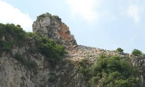 Sống thấp thỏm vì đá rơi từ đỉnh núi Thần