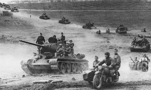 Đội hình tấn công của xe tăng T-34 Liên Xô trong Thế chiến II. Ảnh: War History.