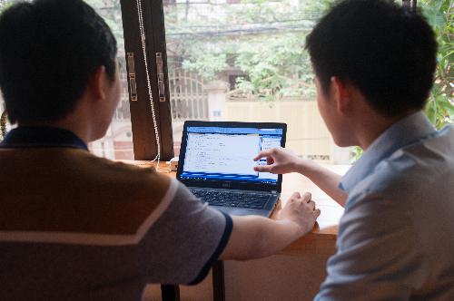 Sinh viên thực hành bài tập lớn dựa trên các dự án công việc của lập trình viên.