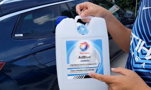 Các can AdBlue bán ở trạm nhiên liệu hoặc siêu thị tại châu Âu.