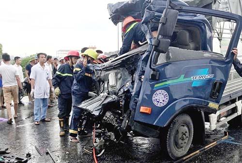 Lực lượng chức năng đưa người gặp nạn ra khỏi xe.