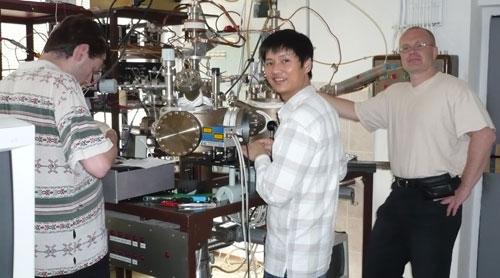 Tiến sĩ Đỗ Hoàng Tùng (giữa) tại phòng thí nghiệm ở Đức.