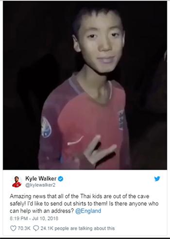 Hậu vệKyle Walker đăng ảnh một cậu béđang mặc áo của đội tuyển Anh.