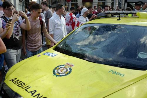 Xe cấp cứu dập móp nắp ca-pô và nóc xe, vỡ kính chắn gió và một số hư hỏng khác. Ảnh: AFP.