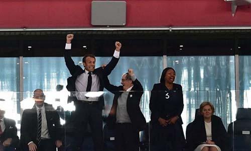 Tổng thống Pháp Emamnuel Macron nhảy lên ăn mừng đầy phấn khích khi trung vệ Samuel Umtiti ghi bàn. Ảnh: RT.
