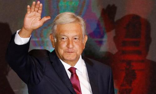 Tổng thống đắc cử Andres Manuel Lopez Obrador vẫy tay chào người ủng hộ sau cuộc bầu cử tại Mexico City ngày 1/7. Ảnh: Reuters.