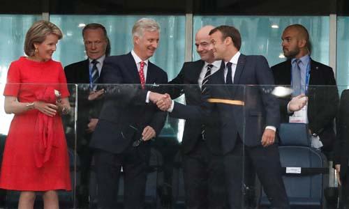 Macron (phải) bắt tay Vua Bỉ Philippe, ở giữa là Chủ tịch FIFAGianni Infantino và ngoài cùng bên trái là Hoàng hậu BỉMathilde. Ảnh: Reuters.
