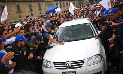 Lopez Obrador trong vòng vây của người ủng hộ ngày 3/7/2018. Ảnh: AP.