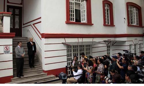 Lopez Obrador phát biểu trước phóng viên tạivăn phòng nằm trong ngôi nhà cũ với an ninh sơ sài. Ảnh: AFP.