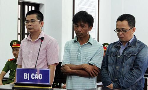 Lợi (bìa trái) và các bị cáo khác tại tòa. Ảnh: Thiện Nhân.