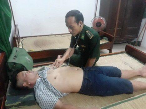 Một ngư dân Quảng Nam được kiểm tra sức khỏe. Ảnh: Quang Tám