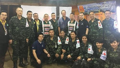 Harris (giữa) chụp ảnh cùng nhóm bác sĩ Thái Lan sau khi chiến dịch giải cứu kết thúc hôm qua. Ảnh:Office of the Minister of Foreign Affairs.
