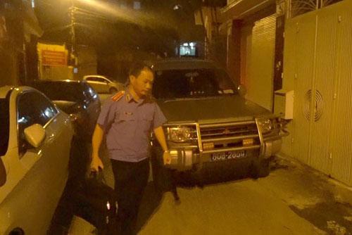 Công tố viên tham gia tổ công tác khám nhà ông Trọng tại phố Láng Hạ, Hà Nội trong tối 10/7. Ảnh: Huy Mạnh