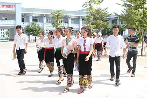 Học sinh lớp 12C1 có 22 nữ và 5 nam.