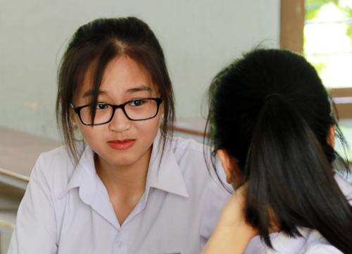 Thí sinh Khánh Hòa trao đổi bài sau khi kết thúc kỳ thi THPT quốc gia. Ảnh: Xuân Ngọc.