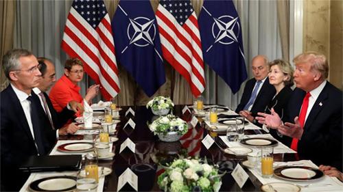 Tổng thống Mỹ Donald Trump (đầu tiên, phải) trao đổivới Tổng thư ký NATO Jens Stoltenberg (đầu tiên, trái)hôm nay tại trụ sở của tổ chức ở Brussel, Bỉ. Ảnh: AP.