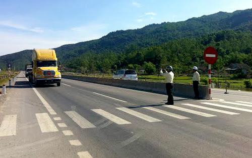 Bộ Giao thông đang đốc thúc nhà thầu xử lý tình trạng hằn lún vệt bánh xe trên quốc lộ 1. Ảnh minh họa:Sơn Dương.