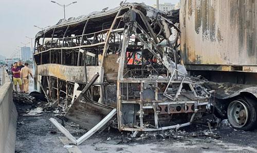 Xe khách bị cháy rụi sau cú đâm vào đuôi container.