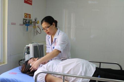 Nhiều nữ công nhân đang mang thai hít phải khí lạ phải nhập viện. Ảnh: B.M
