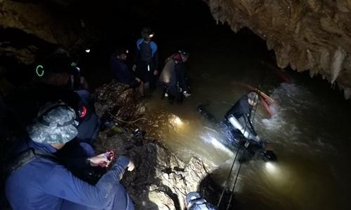 Những thợ lặn tìm kiếm đội bóng nhí Thái Lan từng mất đi khái niệm thời gian khi vào hang Tham Luang bởi không gian quá tối. Ảnh: AFP.