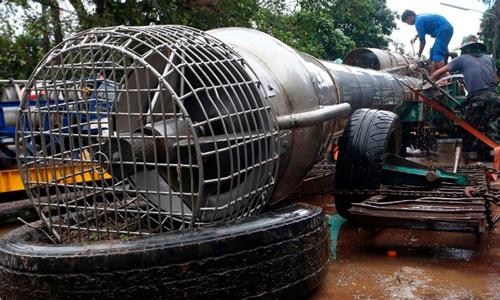 Máy bơm chính hút nước khỏi hang Tham Luang. Ảnh: AP.