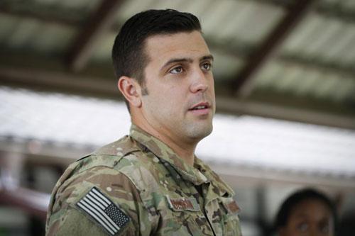 Chuyên gia cứu nạn Derek Aderson của không quân Mỹ. Ảnh: AP.
