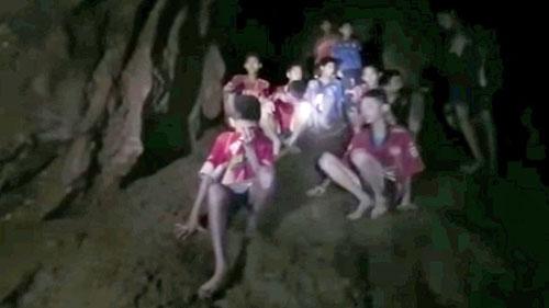 12 cậu bé và huấn luyện viên mắc kẹt trong hang Tham Luang lúc mới được phát hiện. Ảnh: SEAL Thái Lan.