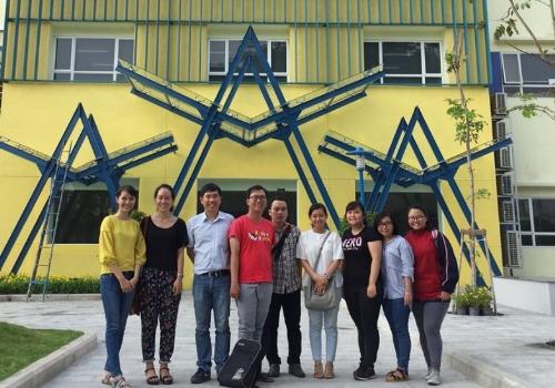 Nhóm sinh viên ngành Môi trường và Đại diện tổ chức phi chính phủ TFCF Đài Loan trong dự án cấp nước sạch cho người dân nghèo.