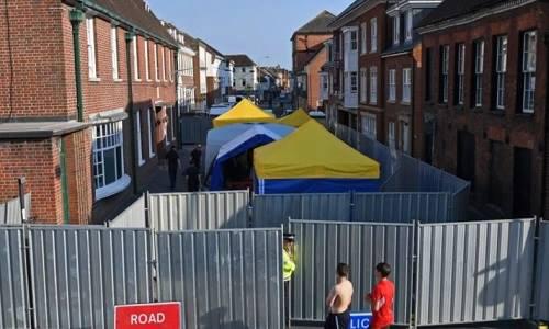 [Caption]Chú thích ảnh: Cảnh sát đang phong tỏa khu vực liên quan đến vụ hai công dân Anh bị nhiễm chất độc Novichok ngày 30/6 ở Amesbury. Ảnh:AFP.